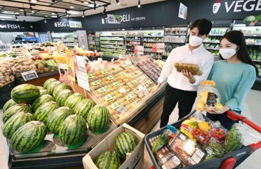 서울 양천구 소재 SSM매장 홈플러스 익스프레스 목동점에서 모델들이 신선식품을 고르고 있다.