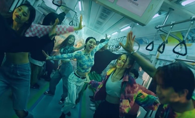 광고영상에서 실제 사람들과 어울려 춤을 추고 있는 가상인간 로지 신한금융 유튜브 영상 캡쳐