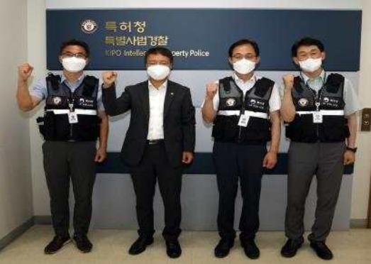 : 김용래 특허청장(왼쪽 두 번째)이 특허청 기술경찰 수사인력들과 기념촬영을 하고 있다.(사진=특허청)