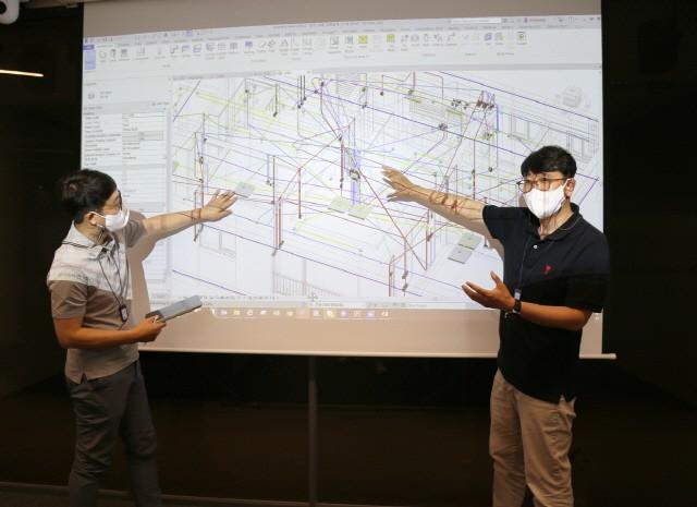 DL이앤씨 주택BIM팀 직원들이 통합 원가 산출 시스템을 이용해 회의하고 있다.