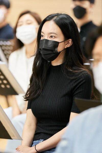 '사랑했어요' 연습실 상견례 현장의 김나희(최미애 역). 사진=호박덩쿨 제공