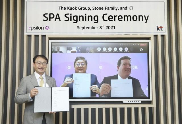 KT 구현모 대표(사진 왼쪽)와 쿠옥그룹 이안 쿠옥 회장(가운데), 스톤패밀리 앤드류 조나단 스톤 매니징 파트너(오른쪽)가 엡실론 SPA를 체결하고 원격회의 시스템을 통해 기념 촬영을 하는 모습.
