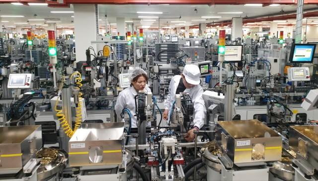 Un funcionario de LS Electric está inspeccionando la línea de producción de la fábrica inteligente de Cheongju.