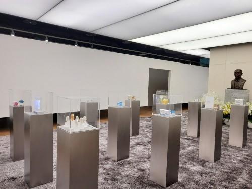 El Salón Conmemorativo del Fundador Sung-ki Lim, ubicado en el piso 20 de la sede de Hanmi Pharm en Seúl.  Los productos innovadores y los objetos de interés del presidente Lim se exhiben en un espacio construido por Min Hyun-sik, un arquitecto de renombre mundial.
