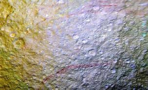 토성의 달 '테티스' 지표면에 붉은 줄...정체는?