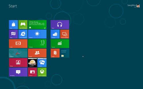 윈도8 컨슈머 프리뷰 설치가 끝나고 첫 대면하는 화면. 해상도가 높아서인지 타일이 스펀지처럼 보인다.