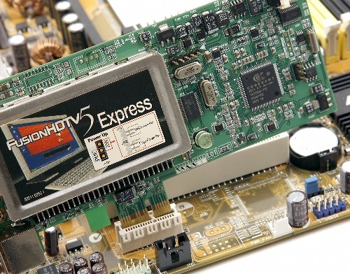 케이스를 열고 HDTV 수신카드를 PCI 슬롯에 꽂는다.