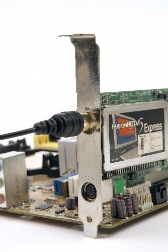HDTV 수신 안테나를 수신카드의 입력 단자에 연결한다. 정확한 정보는 지역 케이블 사업자에게 직접 문의하는 수밖에 없다.