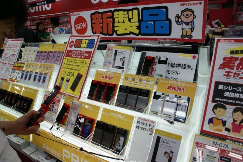 지난 9월 13일 아키하바라 요도바시 카메라의 휴대폰 판매 부스에서 촬영한 모습. 도코모의 주력 신제품 코너에 당당하게 놓여 있다.