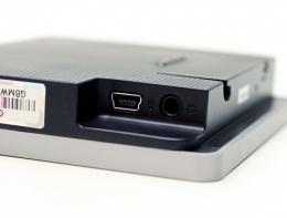 전원 및 데이터 교환 케이블을 연결하는 USB 단자와 이어폰 연결 단자가 제품 한쪽에 위치해 있다.