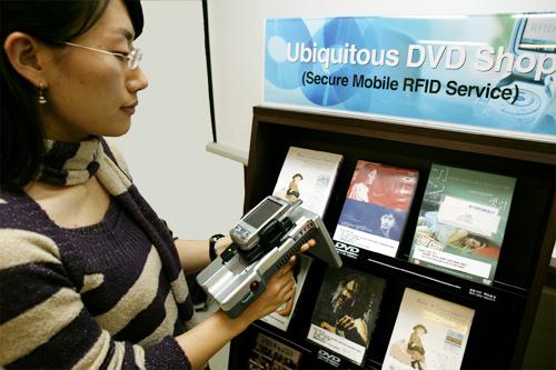ETRI 연구원이 모바일RFID 관련 기술의 보안성을 테스트하고 있다.