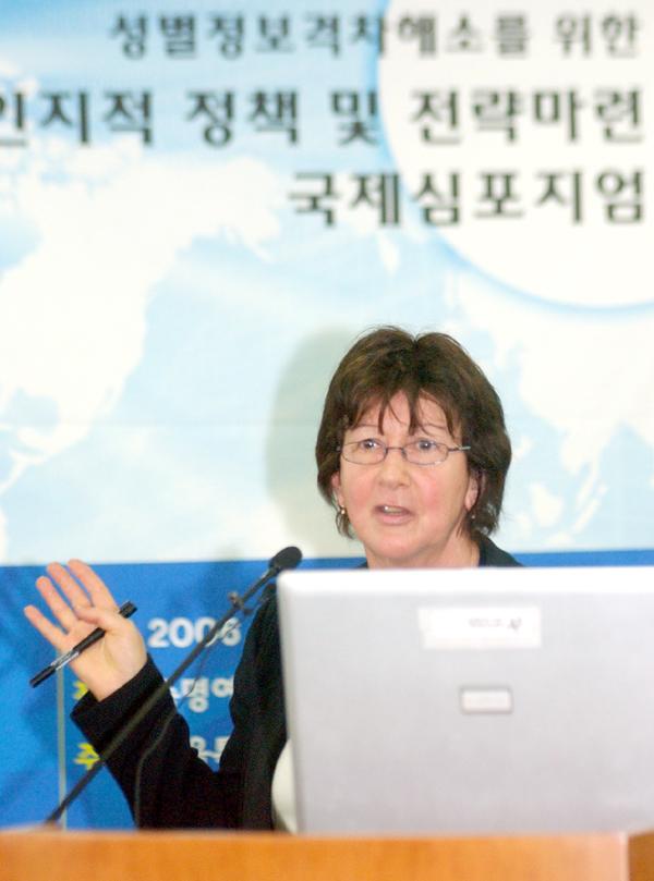 '성별 정보 격차 해소를 위한 성인 지적 정책 및 전략 마련 심포지엄'이 26일 서울 숙명여대 100주년기념관에서 열렸다. 주제 발표자로 참석한 패트리스 브라운 호주 발라라트대 지역혁신센터 박사가 '글로벌 사회에서의 젠더와 정보통신 기술의 방향'을 주제로 강연하고 있다.