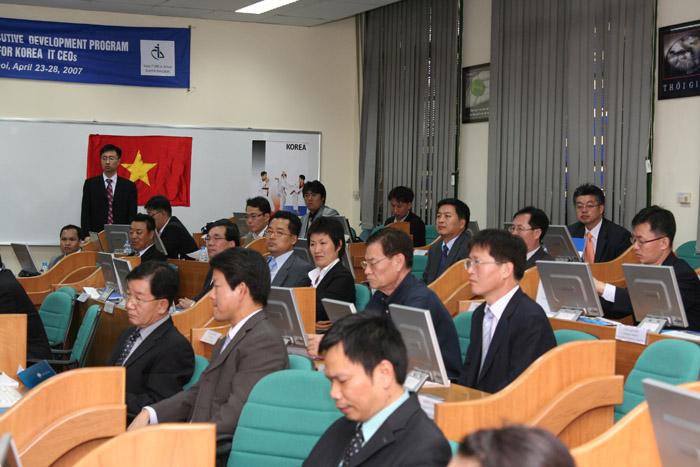 IT중소벤처 CEO 베트남 경영연수에 참석한 중소기업 CEO들이 하노이국립대경영대학원(HSB)에서 강의를 듣고 있다.