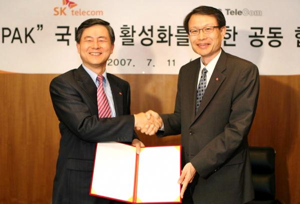 오세현 SK텔레콤 전무(왼쪽)와 강문석 LG텔레콤 단말데이타 사업본부장이 11일 소공동 롯데호텔에서 SK텔레콤의 휴대폰 UI통합 플랫폼인 'T-PAK' 공동 사용에 관한 MOU를 교환하고 악수하고 있다.