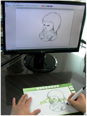 유플러스펜을 이용해 컴퓨터에서 그림을 그리는 모습. 종이 태블릿에 그리는 대로 모니터에 표현된다.
