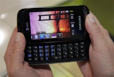 인터넷 서핑·문자 메시지 등 텍스트를 입력해 이용하는 휴대폰 서비스가 급증하면서 글자 입력이 쉬운 쿼티 키보드·터치스크린 방식이 인기를 끌고 있다. 블랙베리는 A부터 Z까지 PC 키보드처럼 알파벳 문자를 입력하는 쿼티 휴대폰으로 인기를 구가하고 있다. 사진은 삼성전자의 슬라이드 방식 쿼티 폰 '임프레션'.