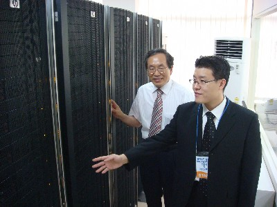 한국클라우드컴퓨팅연구조합은 대전 KAIST에서 넥스알, 나눔기술, 태진인포텍, KAIST, 서울대와 함께 국내 처음으로 대학에 클라우드 컴퓨팅을 제공하는 'CCI:U(씨유)' 테스트베드 구축기념 행사를 개최했다. 박규호 전자전산학과 교수(왼쪽)와 박기웅씨(박사과정 3년)이 시스템에 대해 설명하고있다.