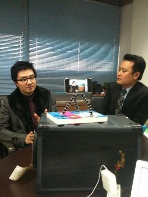 이중대 소셜링크 사장(오른쪽)이 아이폰을 이용한 실시간 방송을 하면서 KT 트위터 담당자와 인터뷰를 진행하고 있다.