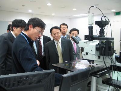 국내에서는 유일하게 인쇄·유연전자 분야의 연구·개발 및 기업지원서비스를 제공하고 있는 전자부품연구원 전북인쇄전자센터 시설 및 장비를 김완주 전북도지사(가운데) 등이 둘러보고 있다