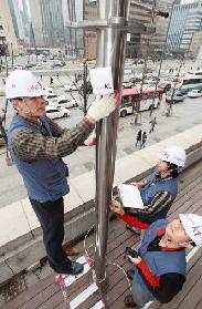 KT 직원이 서울 세종문화회관에서 와이파이 접속 지역인 '쿡앤쇼존'을 구축하고 있다.