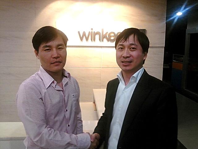 방용정 로그 대표(오른쪽)와 마위진 윈키 네트워크 대표가 계약을 맺은 뒤 악수하고 있다.