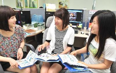 도메인 등록대행업으로 시작해 디자인 콘텐츠 전문기업으로 성장한 아사달 직원들이 자신들이 만든 디자인콘텐츠 리뷰를 진행하고 있다.