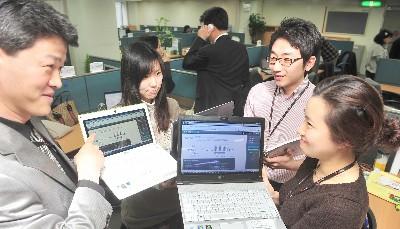 대기업 가운데 처음으로 전사 차원에서 서버기반컴퓨팅(SBC) 업무환경으로 전환한 LG CNS 직원들이 회의 중 서버에 저장된 자료를 불러와 회의 참고자료로 활용하고 있다.