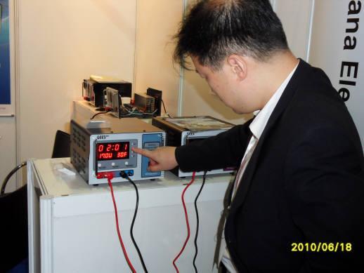 이흥우 하나전자 대표가 지난달 싱가포르 정보통신박람회에 출품한 배터리 성능 복원기를 들여다 보고 있다.