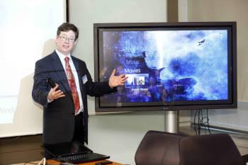 마크 펜더그래스트 MS 시니어 프로덕트 매니저가 `윈도 임베디드 스탠더드7`을 설명하고 있다.