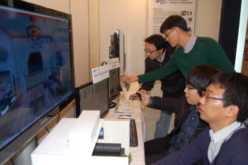 MPEG-V 전시회에서 삼성전자 연구원들이 가상세계의 점진적 3D객체 스트리밍 기술을 시연해보이고 있다.