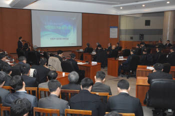 ETRI에서 개최된 `스마트 국방을 위한 IT 기술 심포지엄`에서 김재민 국방부 정보화기획관이 `국방-IT 융합 발전 전략`을 주제로 기조연설을 하고 있다.