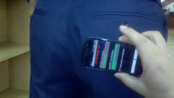 스마트폰을 이용해 주인 몰래 결제할 수 있는 기술이 나와, 대책 마련이 필요해 보인다. 사진은 스마트폰으로 남의 바지 뒷주머니 지갑 속 신용카드에서 결제를 시연하는 모습.