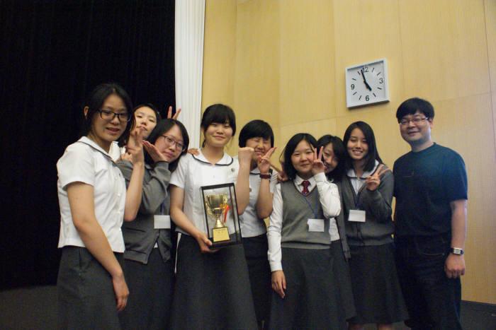 미림여자정보과학고등학교 학생들이 대상을 탄 뒤 행사장을 배경으로 기념촬영을 하고 있다.