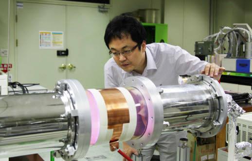 허민 한국기계연구원 박사가 반도체 오염물질 처리용 플라즈마 반응기를 점검하고 있다.