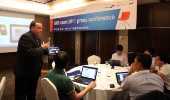 스캇 아이작 SAS 부사장이 새로 나온 분석 플랫폼 `SAS 9.3`의 제품 특징을 기자들에게 설명하고 있다.