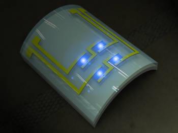 구부러지는 유연한 GaN-LED에서 푸른빛이 발생되고 있다.