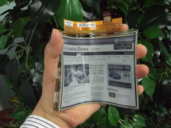 LG디스플레이가 세계 최초 양산에 나선 6인치 플라스틱 전자종이. 유리 전자종이와 달리 떨어뜨리거나 구부려도 파손이나 화면 손상이 없다.