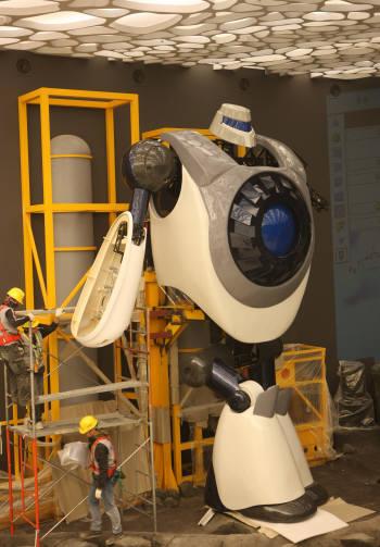 여수엑스포 해양로봇관 기술진들이 국내순수기술로 만든 6.5m 최장신 로봇 `네비`의 성능테스트를 위해 세부 프로그램을 점검하고 있다.