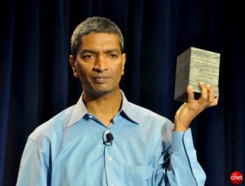 K.R. 스리드하르 블룸에너지 대표가 고체산화물연료전지(SOFC) 블룸박스를 들어보이고 있다.