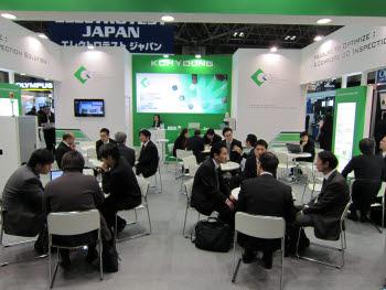 동경전자박람회(NEPCON JAPAN)2013에 참가한 고영테크놀러지는 부스. 빼곡히 들어찬 일본 바이어들로 인해 발 디딜 틈이 없다.