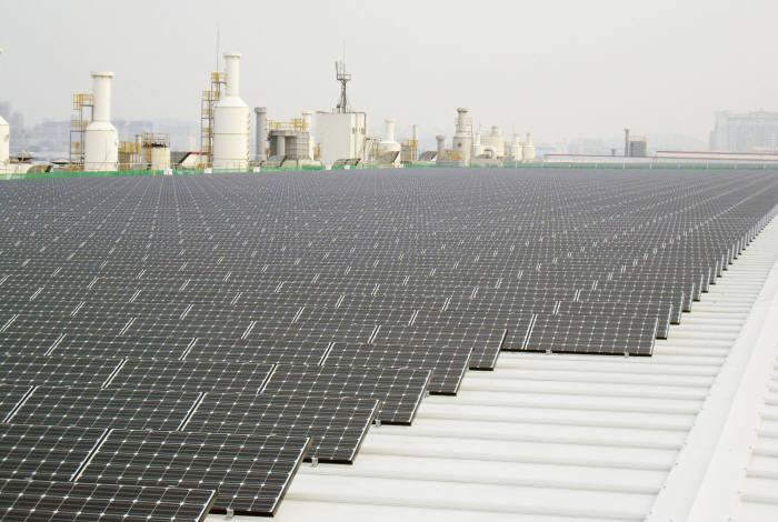 LG전자가 LG화학 오창1공장 지붕에 준공한 3㎿급 태양광 발전소 모습.