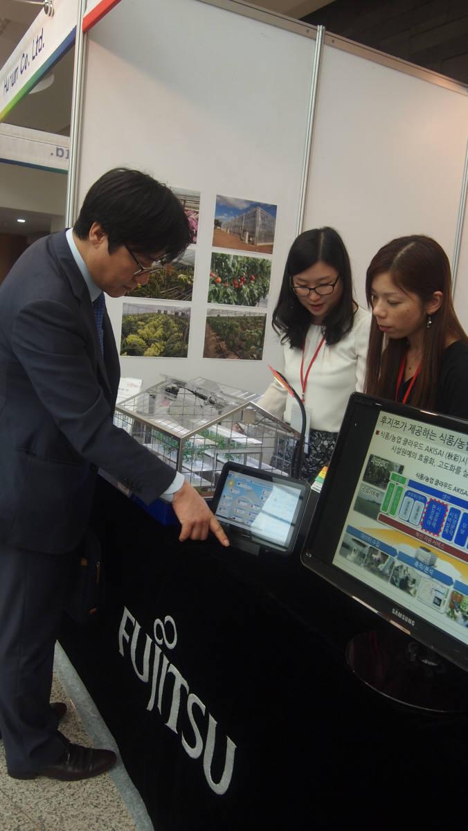 제주 서귀포시에서 열린 `그린시스 2013` 행사장에서 참관객이 한국후지쯔의 식품·농업 클라우드 서비스에 대해 설명을 듣고 있다.