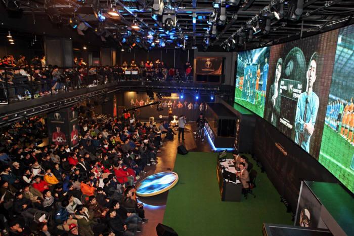 넥슨(대표 서민)이 지난 2일 서울 서초구에 위치한 e스포츠 전용경기장 넥슨 아레나서 개최한 `EA 피파온라인3 챔피언십` 개인전 16강전에 약 700여명의 관중이 몰려 성황을 이뤘다.
