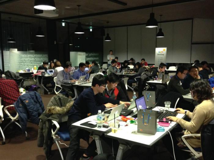 지난달 28일부터 1일까지 이틀 간 제주 다음 본사에서 열린 개발자 해커톤 행사 `디브데이`에서 참가자들이 밤샘 코딩 작업을 하고 있다.