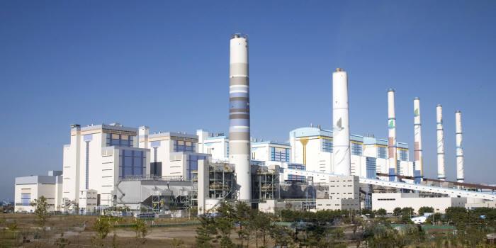 서부발전 태안화력발전소는 발전과정에서 연간 100만톤의 정제회가 생산된다. 사진은 태안화력발전소 전경.