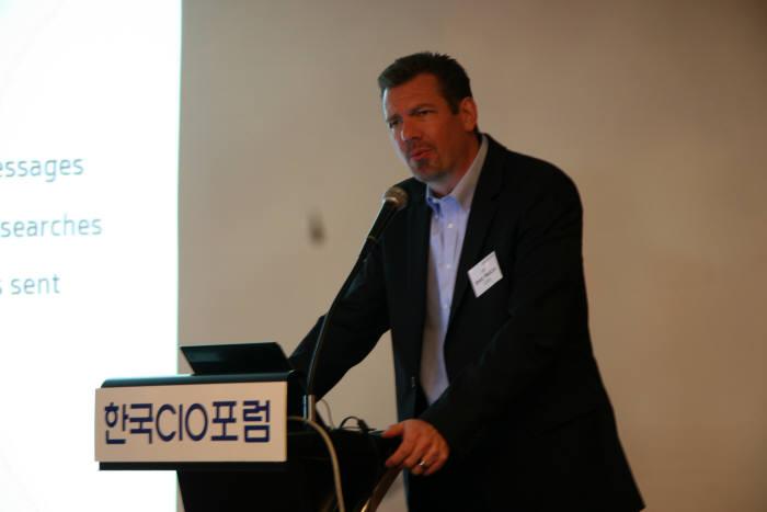 브렛 왈린 HP CISO가 CIO포럼 월례조찬회에서 강연을 하고 있다.