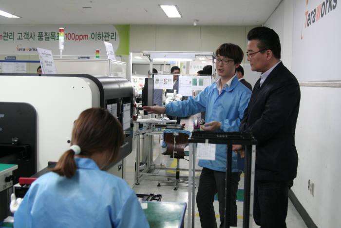 테라웍스가 천안에 400평 규모의 공장을 완공하고 본격 생산에 들어갔다. 테라웍스 직원(왼쪽)이 생산라인에 대해 설명하고 있다.