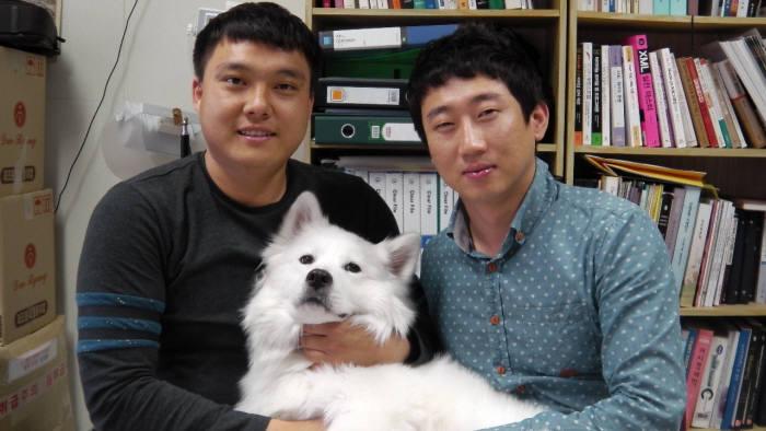 장석균(왼쪽)), 장철훈 제이투모로우 대표는 오픈소스 CMS '드루팔'로 아프리카와 중남미 등 글로벌 홈페이지 시장을 공략하고있다.