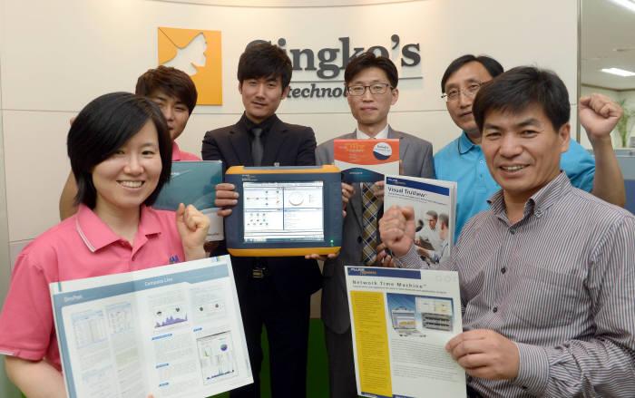 징코스테크놀러지 직원들이 대표제품인 휴대용 네트워크 분석기 '옵티뷰'를 소개하고 있다.