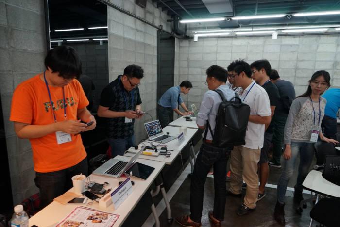 중소기업청과 캡스톤파트너스는 20일 서울 역삼동 마루180에서 중국 텐센트를 초청해 '제1회 캡스톤파트너스-텐센트 모바일 게임 세미나'를 개최했다. 중국 진출을 희망하는 게임분야 창업기업 30여사가 참여해 제품 소개와 상담 시간을 가졌다.